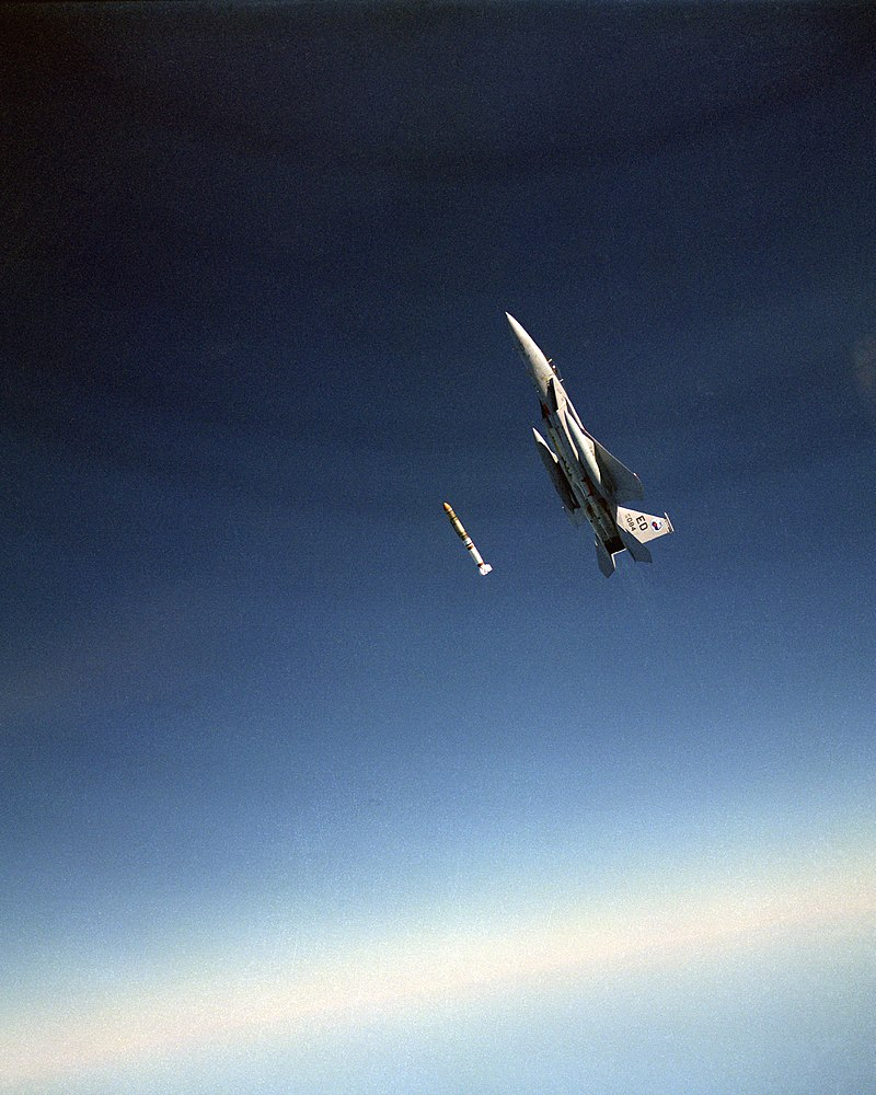 800px-An_air-to-air_left_side_view_of_an_F-15_Eagle_aircraft_releasing_an_anti-satellite_(ASA...jpeg