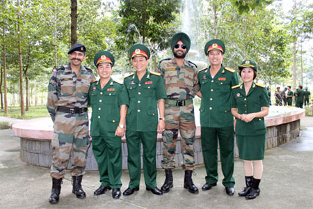 indian-and-vietnamese-officers-posing-for-a-picture-1598435-10141251795.jpg