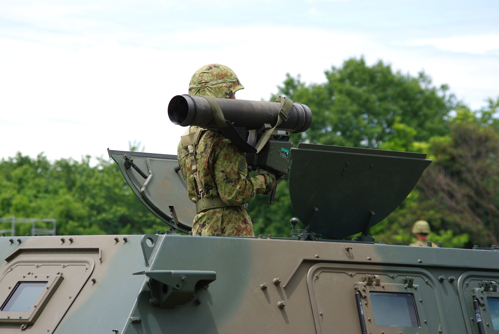 JGSDF_Light_Armored_vehicle_&_Type01_light_anti-tank_missile_20120610-02[1].JPG